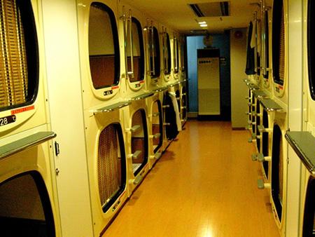 Dormir en camas c psulas en jap n todo es posible for Habitacion de hotel bajo el mar
