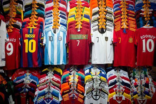 83874e9c2bec3 ... a las compras de aficionados que quieren llevar el nombre de su ídolo  en la camiseta de su equipo. Aquí los 10 jugadores líderes en ventas de  camisetas.